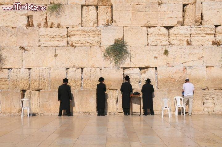 Muro_del_Pianto_ebrei_in_preghiera_Gerusalemme_113491429.jpg